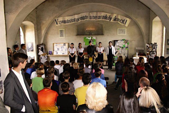 Školáci provádějí návštěvníky bývalou synagogou v Jirkově