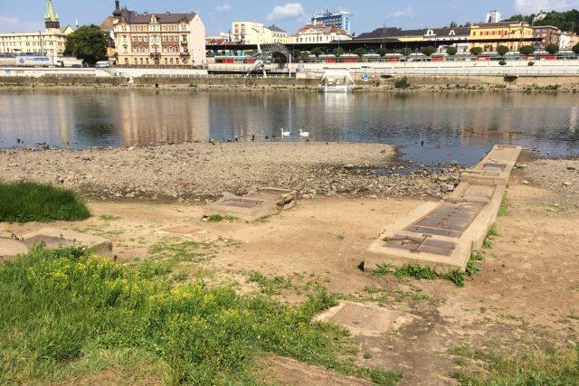 Prostor mezi řekou a ulicí je plný omezení