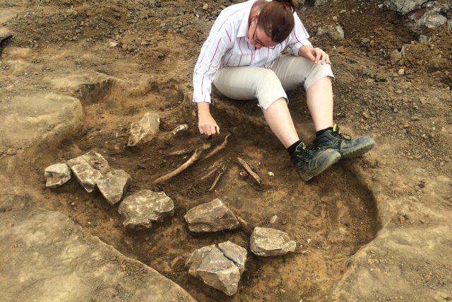 4500 let staré hroby odkrývají archeologové na Mostecku