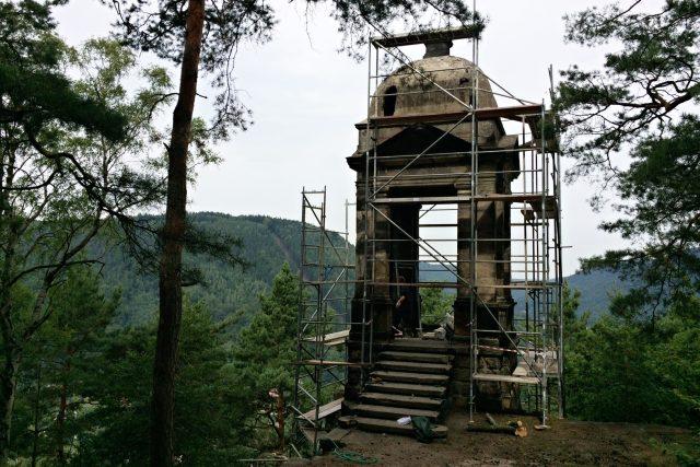 Kamenná vyhlídka Labská stráž na vrchu Kvádrberk prochází rekonstrukcí