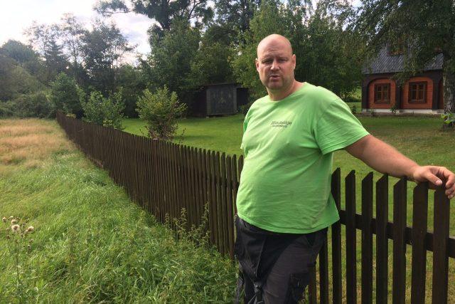 Zemědělec Vojtěch Hajný vysvětluje, proč má louku a ne anglický trávník jako chataři