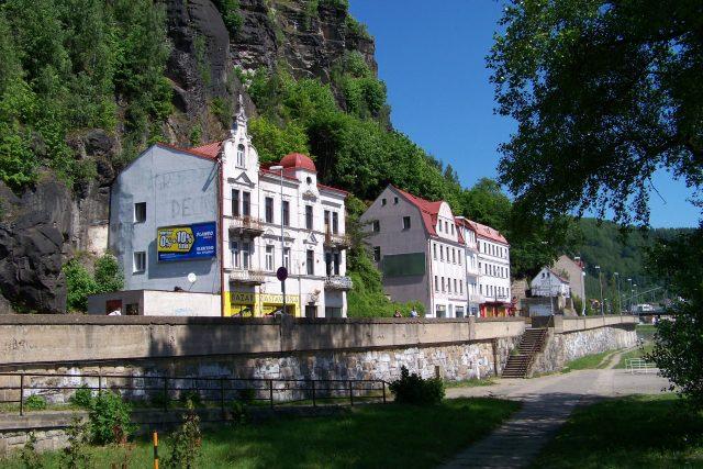 Děčín, Labské nábřeží, domy pod Pastýřskou stěnou