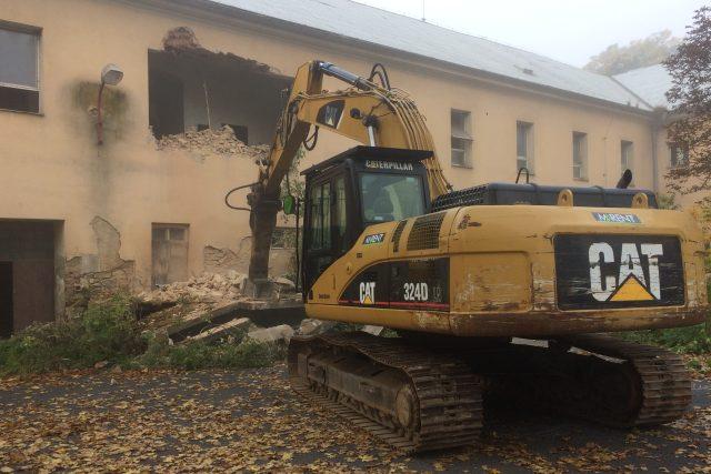 Firma JTH Idea začala demolovat bývalá kasárna v Bílině. Postaví tam skladovací haly | foto: Gabriela Hauptvogelová