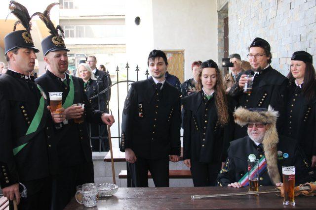 Skok přes kůži – 128. ročník tradiční hornické slavnosti se konal v Mostě