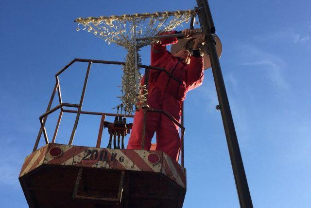Pracovníci Dopravního podniku mají v Českých Budějovicích na starosti také vánoční výzdobu