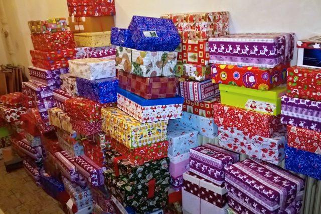 Přes 300 krabic s vánočními dárky pro chudé děti věnovali lidé centru Kostka v Krásné Lípě