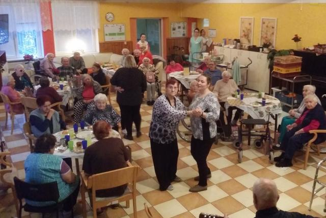 Ježíškova vnoučata uspořádala koncert pro seniory ve Velkém Březně