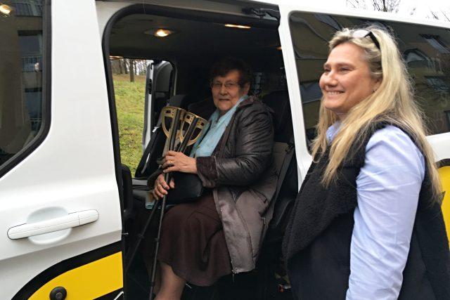 Seniory v Mostě začal levně vozit speciální taxík