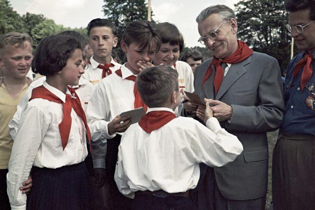 Prezident Antonín Novotný mezi pionýry, MDD 1958