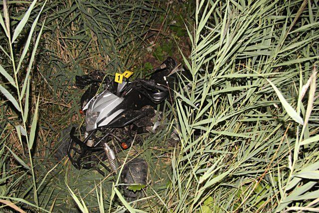 Čtyřkolka, se kterou udělal řidič salto do rákosí u jezera Milada