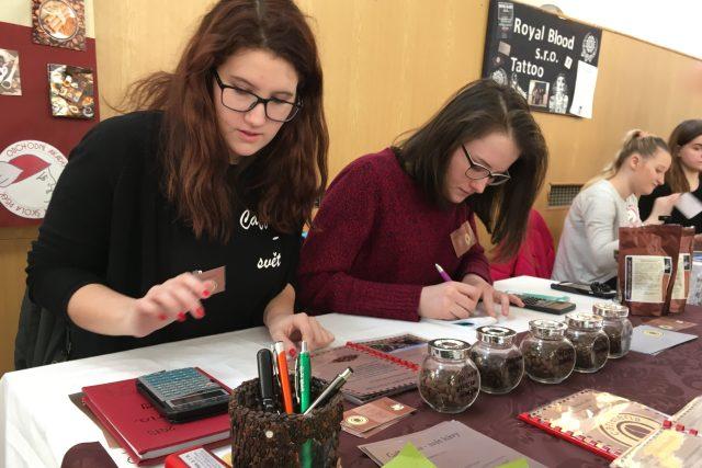 Studenti představovali své podnikatelské nápady na veletrhu fiktivních firem v Žatci