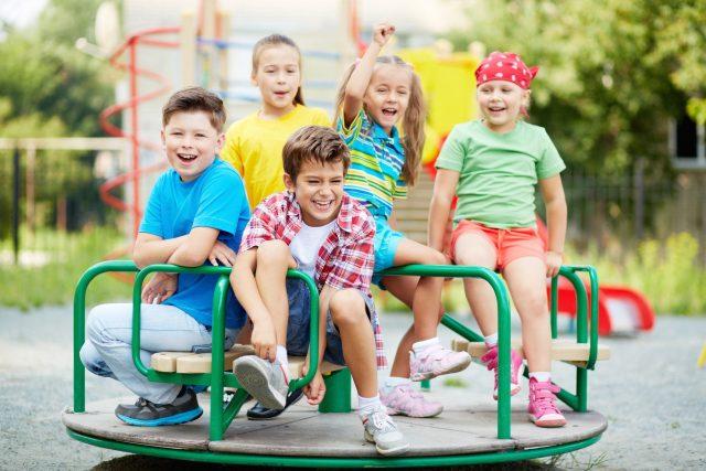 Děti na kolotoči