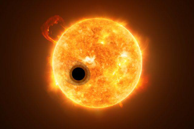 Exoplaneta WASP-107b je plynný obr s nízkou hmotností na krátké oběžné dráze, s dlouhým ohonem mizející atmosféry