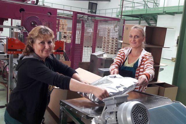 Alena Mrázková a Martina Vrábelová balí chmelové granule, které pak odebírají pivovary