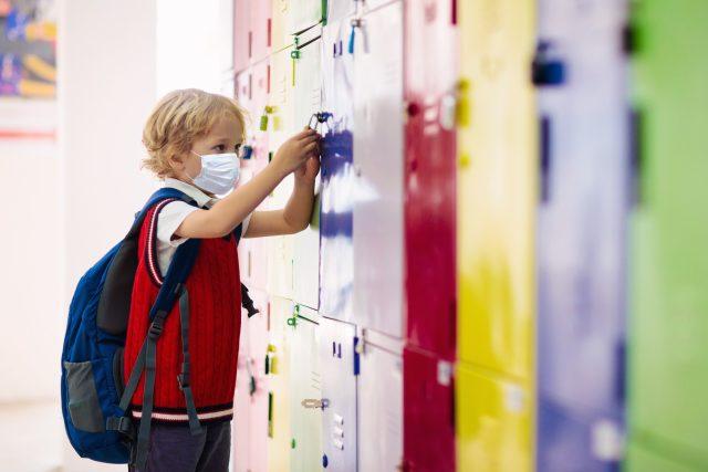 Dítě ve škole s rouškou