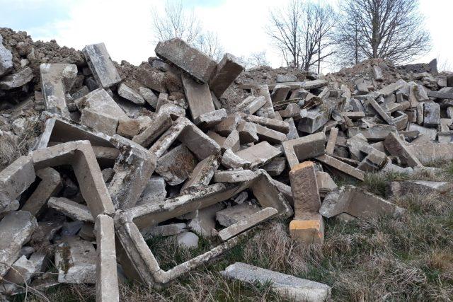 Staré německé náhrobky ve Starých Křečanech skončily v rohu hřbitova   foto: Martina Michelová