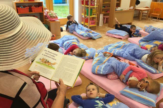 Babičky chodí dětem do školky číst pohádky  (ilustr. obr.)   foto: Lucie Fürstová,  Český rozhlas