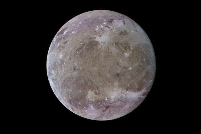 Jupiterův měsíc Ganymed,  největší měsíc naší Sluneční soustavy,  na upraveném snímku ze sondy Galileo   foto:  NASA/JPL-Caltech/Kevin M. Gill,  Wikimedia Commons,  CC BY 2.0