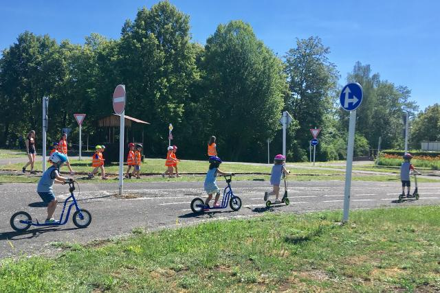 Budoucí prvňáčci se v Mostě učí pravidla silničního provozu