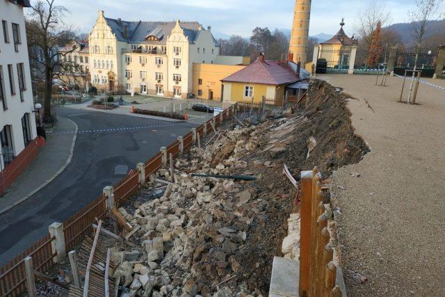 V Děčíně se zřítila opěrná zeď u zámecké sýpky