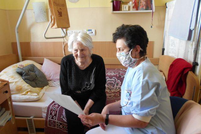 Lidé žijící v domovech pro seniory čelí v době karantény velké izolaci. Pracovníci Diakonie ČCE se jim ji snaží zpříjemnit projektem Dopis pro radost. Napsat ho může kdokoliv
