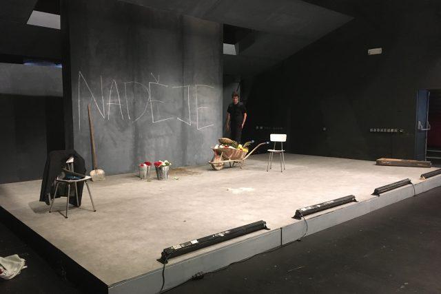 """Soubor Činoherního studia v těchto dnech zkouší odloženou premiéru hry """"Antigona"""""""