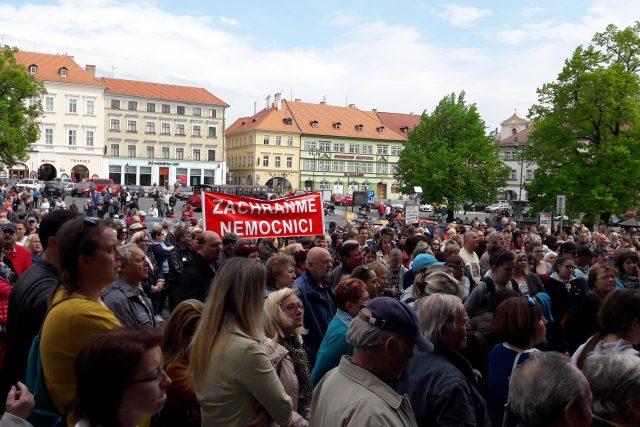 Lidé protestující proti prodeji provozu litoměřické nemocnice zaplnili náměstí