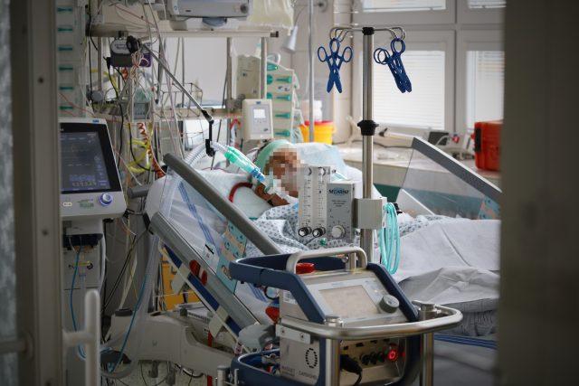 Na Oddělení resuscitace a intenzivní medicíny ve Fakultní nemocnici Ostrava jsou hospitalizovaní post-covidoví pacienti, kteří vyžadují nepřetržitou pomoc zdravotníků