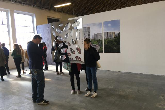 Daniel Štoček představuje ozdobnou stěnu ze skla