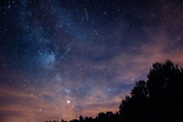 Noční obloha s Perseidami   foto: Michal Mancewicz,  Fotobanka Unsplash,  CC0 1.0