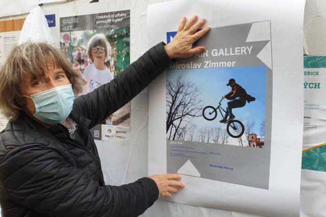 Miroslav Zimmer ukazuje jednu ze svých fotografií | foto: Jan Bachorík,  Český rozhlas