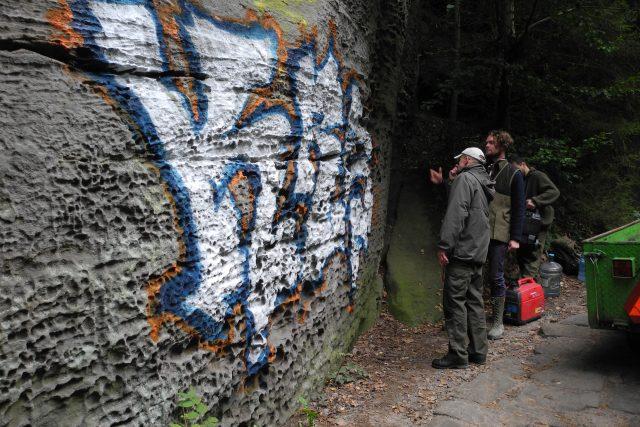 Neznámý vandal posprejoval pískovcovou skálu stříbrnou,  modrou a červenou barvou | foto: Natálie Belisová,  Správa NP České Švýcarsko