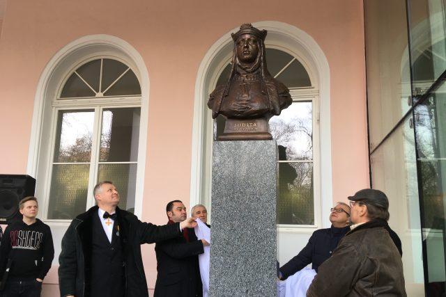 Slavnostní odhalení busty královny Judity. Dárce Alexandr Tumanov je vlevo s motýlkem, autor Libor Pisklák vpravo v čepici