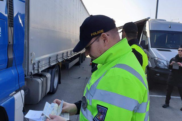 Policisté s celníky kontrolují, zda v kamionech necestují nelegální migranti
