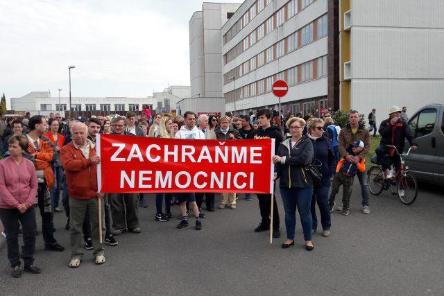Lidé protestují před litoměřickou nemocnicí