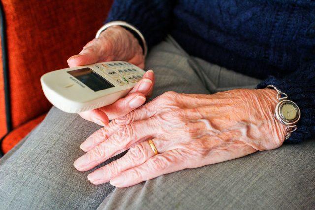 Senioři a mobil (ilustrační foto)