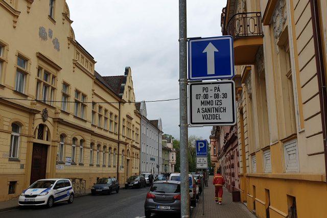 Jednosměrku na 1,5 hodiny denně testují ode dneška Lovosice ve Školní ulici