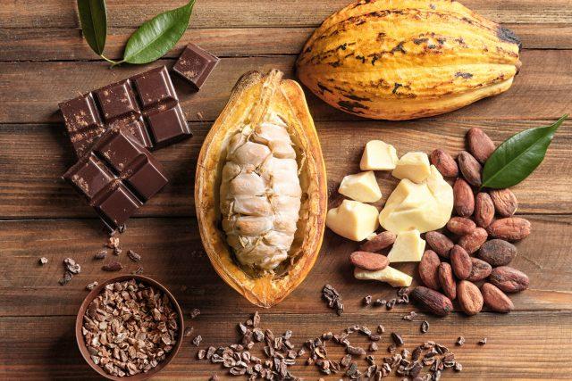 Kakaový lusk v sobě ukývá boby,  ze kterých se vyrábí čokoláda | foto: Shutterstock