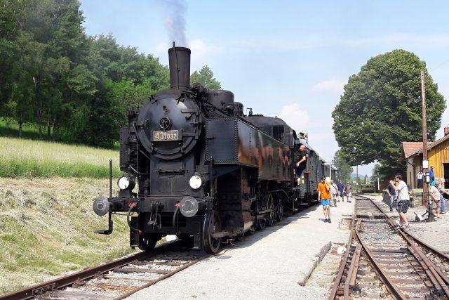 Vlak s parní lokomotivou v cíli, na nádraží v Zubrnicích