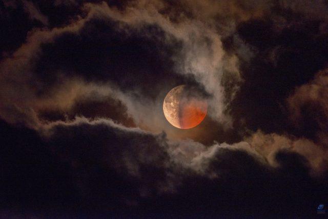 Krásy vesmíru na astrofotografiích Zdeňka Bardona - fáze Měsíce fotografovaná na Šumavě