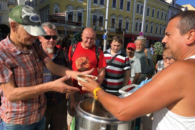 Dobrovolníci v Ústí nad Labem rozdávají jednou týdně jídlo potřebným