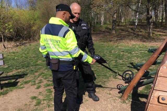 """Mostečtí strážníci v akci """"Jehla"""" pátrají po použitých injekčních stříkačkách"""