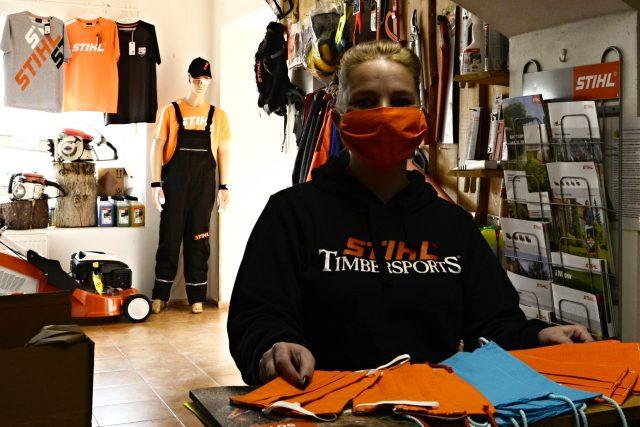 Michaela Doležalová běžně prodává ve své prodejně sekačky na trávu nebo motorové pily. Teď se ale vrhla na výrobu roušek
