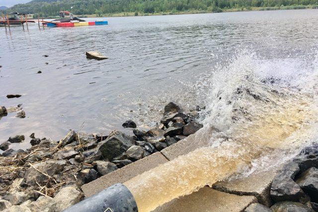 Připouštění vody do jezera Matylda v Mostu začalo