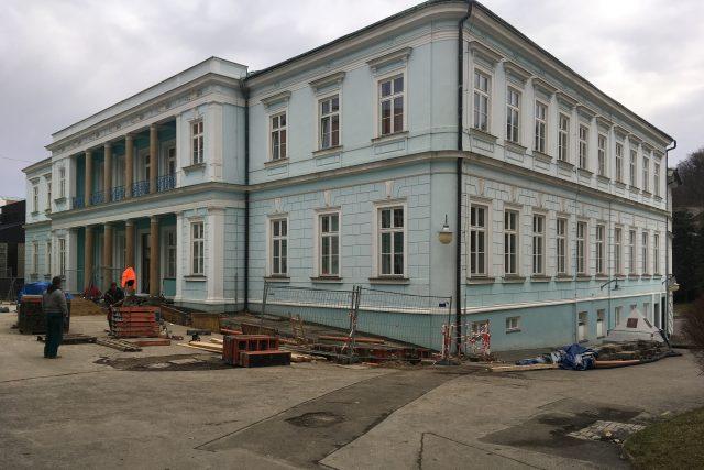 Opravy Lázeňské uličky už začaly. Podobu změní i pyramida označující Pravřídlo