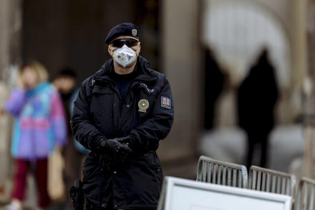 Hlídkující policista s respirátorem