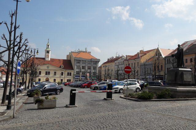 Mírové náměstí Louny se současným placeným parkovištěm. Město tam plánuje zavést placení přes mobily