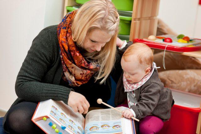 Matka s dítětem při prohlížení knihy