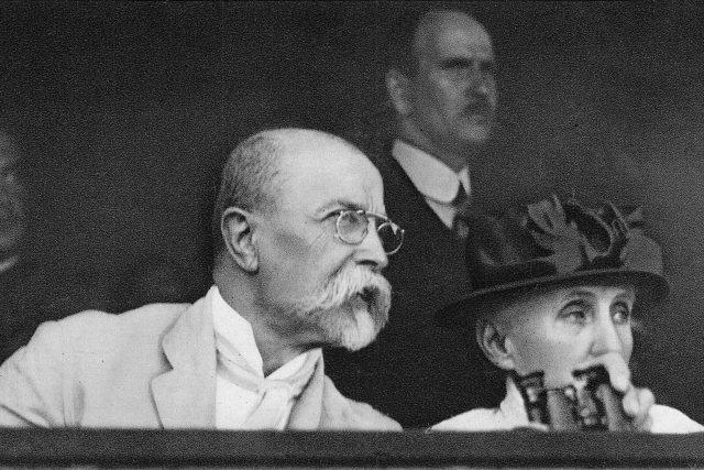 Tomáš Garrigue Masaryk na sokolském sletu s chotí roku 1920   foto: Fotobanka Profimedia