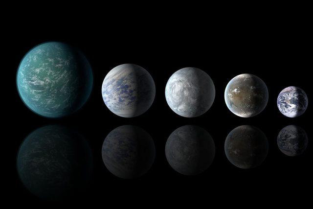 Umělecká představa o možné podobě čtyř Superzemí,  které se nacházejí v obyvatelné zóně svých hvězd,  ve srovnání s naší planetou: Kepler-22b,  Kepler-69c,  Kepler-62e a Kepler-62f | foto:  NASA/Ames/JPL-Caltech,  Wikimedia Commons  (Public domain)